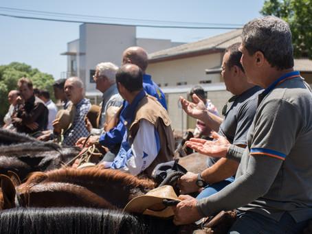 Cavaleiros da Fé visitam a Basílica de São Geraldo.