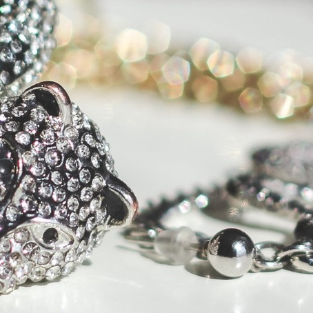 Você sabe qual é a diferença entre semijoias e bijuterias?