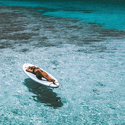 The Wanderlovers Velassaru Resort maldiv drone shot sandbar luxury private island inocean water villas infinity pool bar ice cream ocean paddleboard
