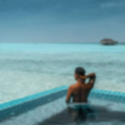 The Wanderlovers Velassaru Resort maldiv drone shot sandbar luxury private island inocean water villas infinity pool