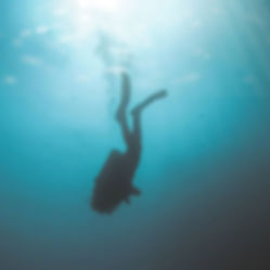 The Wanderlovers Velassaru Resort maldiv drone shot sandbar luxury private island inocean water villas infinity pool bar scuba dive