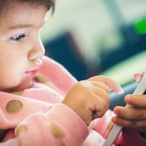 Crianças com menos de 2 anos não devem ter contato com telas, diz OMS
