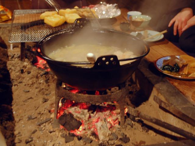 冬は囲炉裏を囲んで鍋ですね