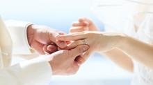 結婚指輪 流れるように寄り添って