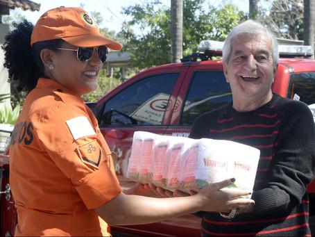 Bombeiros usam dia de folga para doar alimentos a lar de idosos