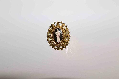 Petite broche religieuse Madone en métal doré.