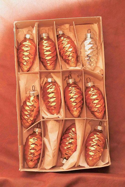Boîte de 11 pommes de pins dorées et argentées en verre