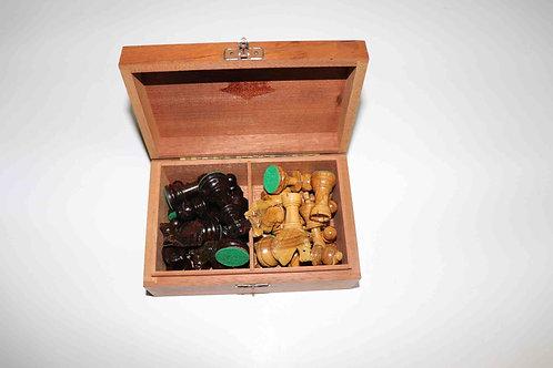 Boîte de pièces d'échecs en bois vernis