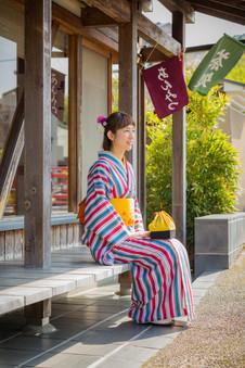 修善寺のお茶やさんで一休みする着物美女