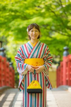 修善寺の桂橋で微笑む着物の女性