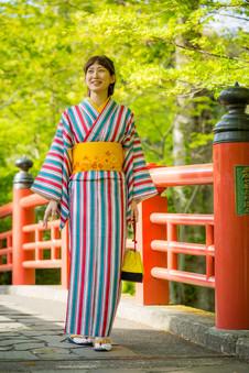 修善寺の桂橋をゆく着物の女性