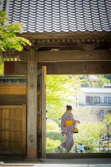 修善寺の山門をまたぐ着物美女