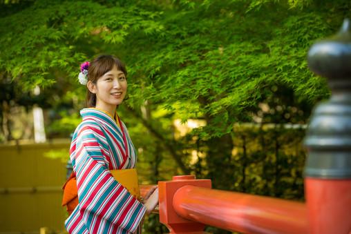 修善寺の桂橋での着物の女性