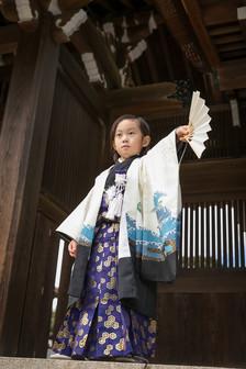 扇子を持つ男の子5歳