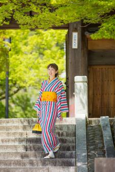 修善寺の階段を降りてくる着物美女
