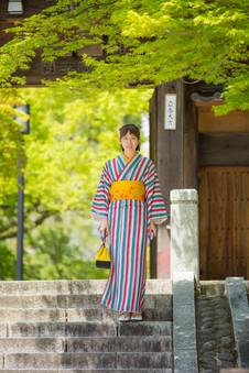 修善寺の階段で佇む着物を着た女性