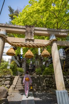 修善寺の日枝神社を上がって行く着物の女性