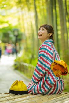修善寺の竹林の小径で休む着物の美女