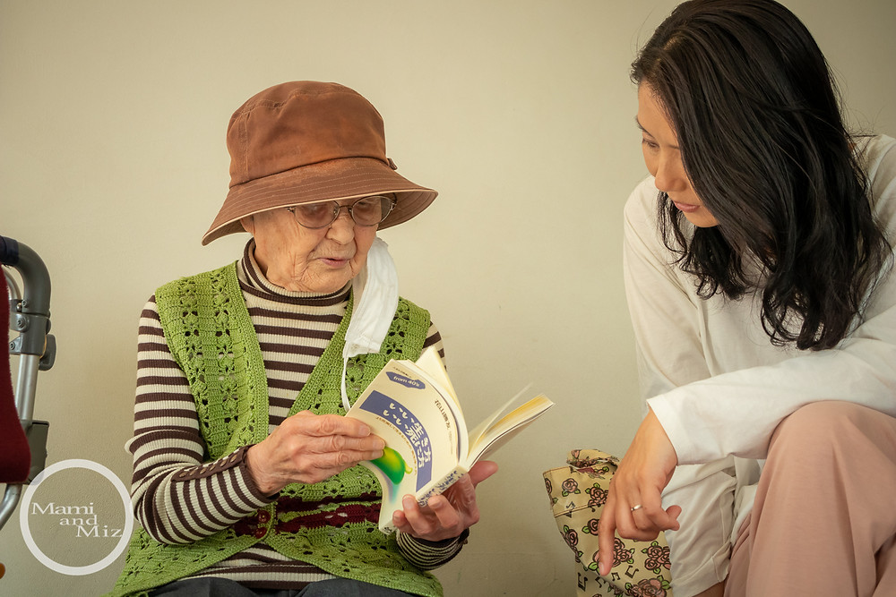読書するおばあちゃん