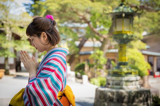 修善寺でお祈りをする着物美女