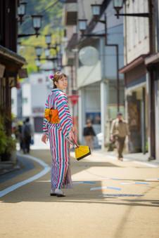 修善寺の街中を着物で歩く後ろ姿