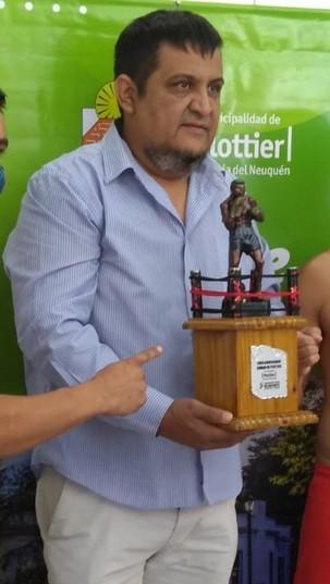 NOCHE DE BOX EN PLOTTIER