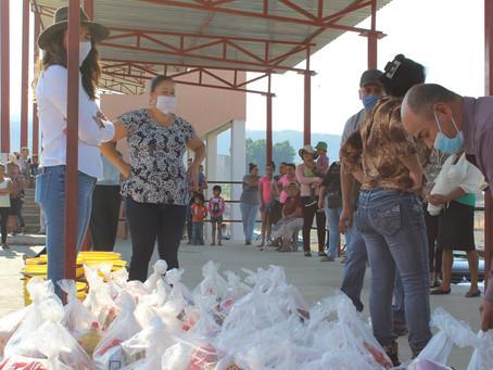 Entrega de despensas en la comunidad de Santa María