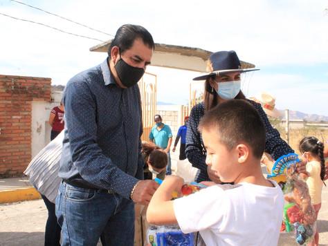 ENTREGA DE OBSEQUIOS POR EL DÍA DE REYES EN LA COMUNIDAD DEL ARRASTRADERO.