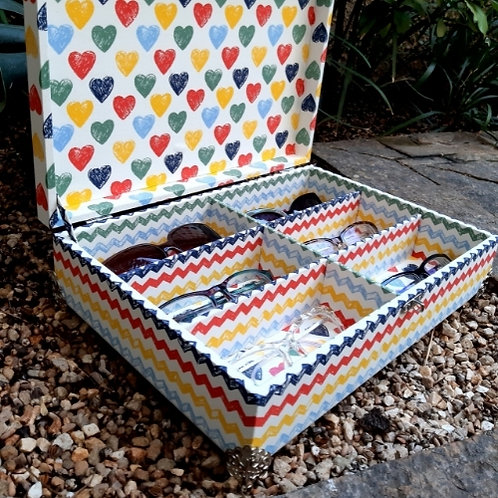 Caixa Forrada com tecido de corações coloridos e chevron