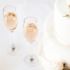 Gâteau de mariage et Flûtes à champagne