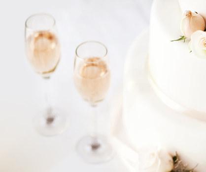Svatební dort a šampaňské na stůl