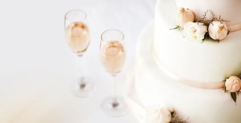 Bruidstaart en champagne fluiten op tafe