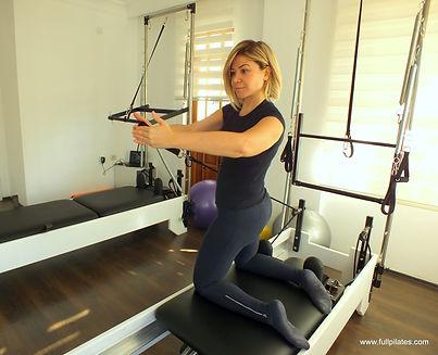 Banu Hatipoğlu Erdem: Geçirdiğim rahatsızlık sonucu tanıştığım Full Pilates ile o zamanlar güç adımlar atarken bugün eski sağlıklı halimden daha iyi performans göstermekteyim. Sporu, hareketi sevdiren Full Pilates'e teşekkür ediyor, her dersi iple çekiyorum şimdi.