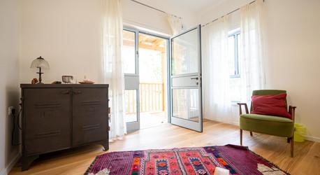 אדריכלית אלונה נבו סידי חדר מלא אור טבעי צבעוני חומרים טבעיים