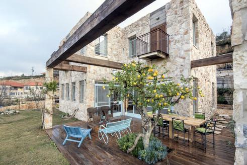 אדריכלית אלונה נבו סידי בית אבן טבעית פרגולה מעץ נוף צמחיה ים תיכונית אור טבעי