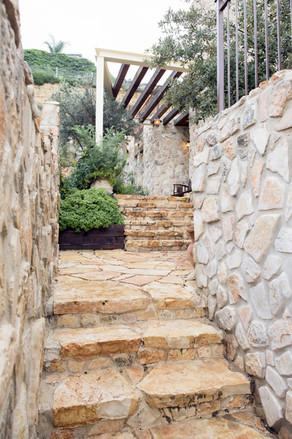 אדריכלית אלונה נבו סידי בית אבן טבעית פרגולה מעץ כניסה לבית