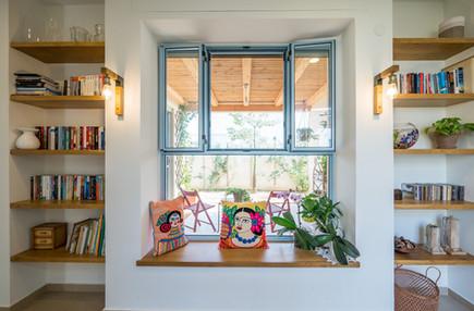 אדריכלית אלונה נבו סידי חלון ספסל אור טבעי נישה ספריה