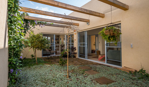 אדריכלית אלונה נבו סידי פטיו מול הכניסה חלונות תכלת אור טבעי