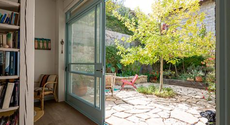 אדריכלית אלונה נבו סידי כניסה לבית טבן טבעית פרגולה מעץ אור טבעי