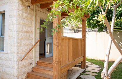 אדריכלית אלונה נבו סידי מרפסת מעץ חזית סימטרית
