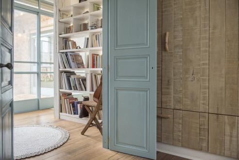 אדריכלית אלונה נבו סידי דלת תכלת ארון עץ אלון