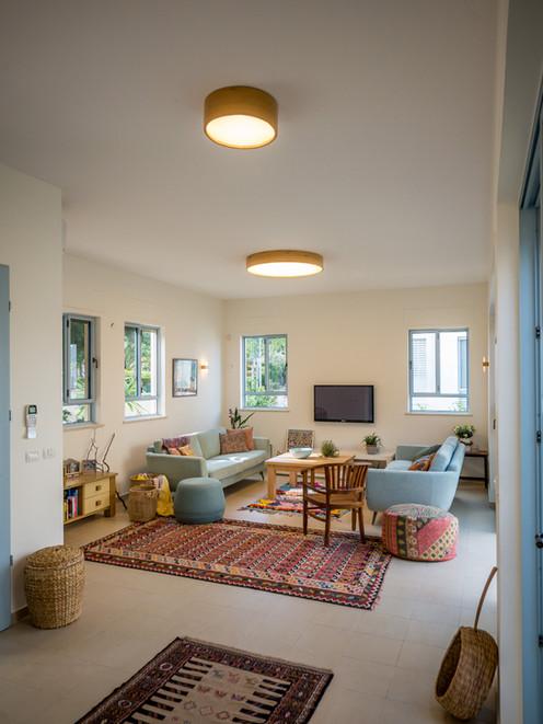 אדריכלית אלונה נבו סידי בית צבעוני אור טבעי חיבור לפטיו