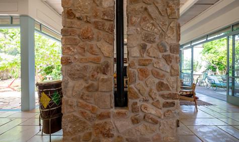 אדריכלית אלונה נבו סידי אבן טבעית בתוך הבית