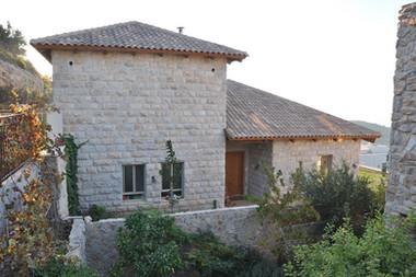 אדריכלית אלונה נבו סידי בית אבן מפירוק גג רעפים כניסה לבית