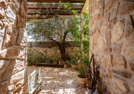 אדריכלית אלונה נבו סידי כניסה לבית פרגולה מעץ בית אבן טבעי