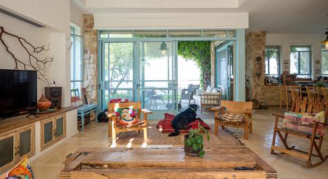 אדריכלית אלונה נבו סידי אור טבעי צבעוניות עץ חומרים טבעיים חלונות תכלת