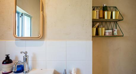 אדריכלית אלונה נבו סידי חדר רחצה טיח מינרלי חול טבעי אור