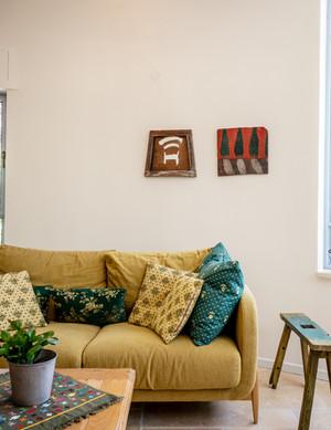 אדריכלית אלונה נבו סידי סלון צבעוני קמין אור טבעי