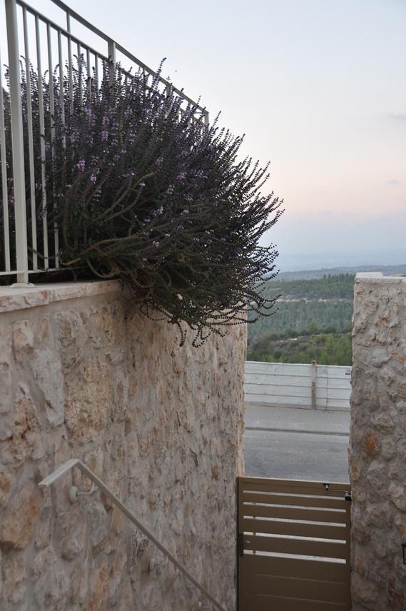 אדריכלית אלונה נבו סידי בית אבן טבעית גג רעפים