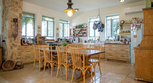 מטבח כפרי עץ אלון טבעי אור טבעי